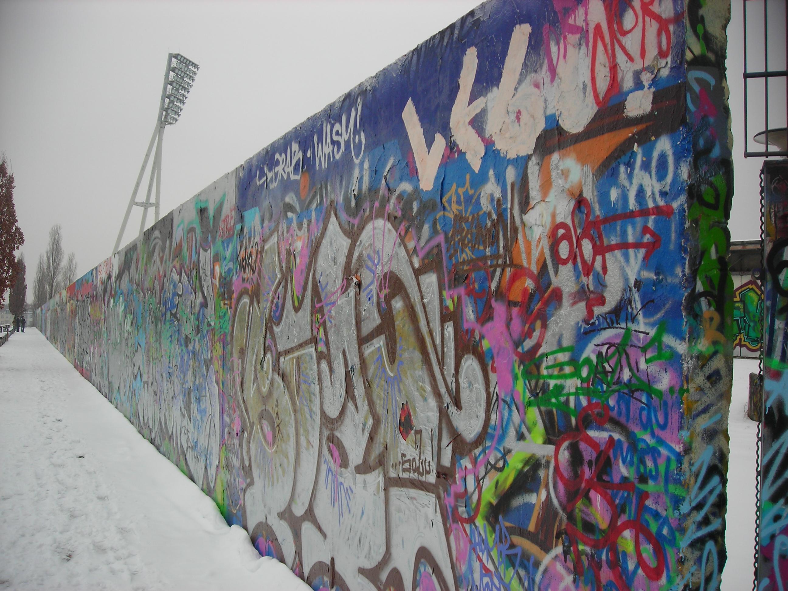 25 anni dopo la caduta del muro di berlino buzzing for Immagini di murales e graffiti